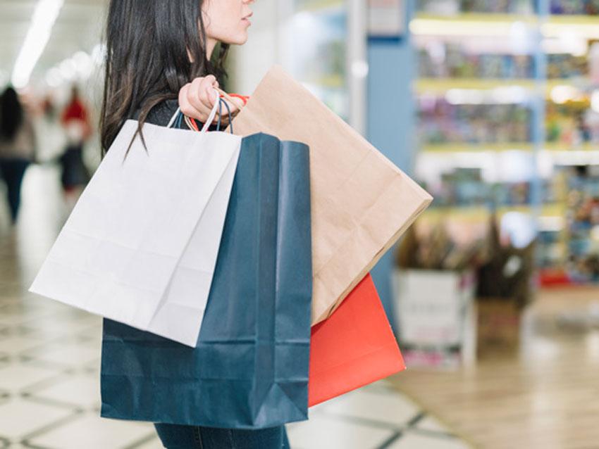 Chica haciendo unas compras con bolsas