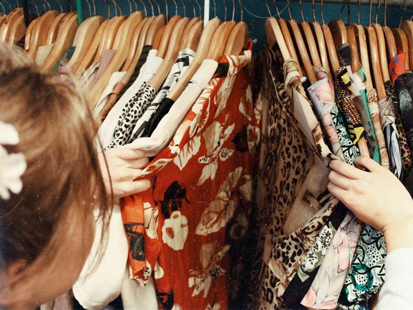 Mujer en una tienda mirando ropa